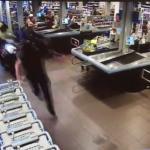Motoragent blijft jongen achtervolgen in supermarkt