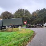 Vrachtwagen half in de sloot