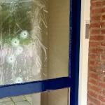Beschoten raam in portiek