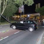 Auto rijdt tegen paal in Vlaardingen