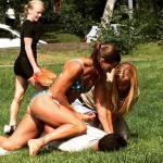 Zweedse agente in bikini werkt gsm-dief naar de grond