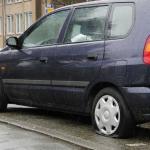 Bij 7 auto's in de Lekstraat Schiedam de banden lekgestoken