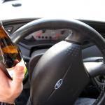 Omstanders strekken dronken man uit auto in Breda
