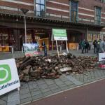 Groningers storten puin van schade gaswinning voor deur minister