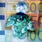 Foto van vrouw die geld pint | Archief EHF