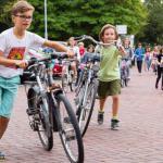kinderen met fietsen