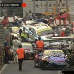Zeker dertien raceauto's klappen op elkaar