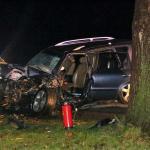 Man zwaargewond na botsing met boom