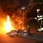Stapels oud papier en kunststof afzetpalen in brand in Boxtel