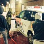 Jongens moeten voor straf politieauto's wassen