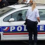 Franse politieagenten bij auto