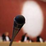 Foto van microfoon verdachte in rechtbank | Archief EHF