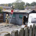 brandweer zaagt gat in dak