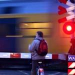 Foto van spoorwegovergang slagboom fietser trein | Archief EHF