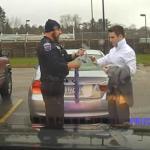 Agent redt student met lastige knoop