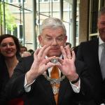 Burgemeester Van Zanen slaat eerste 10,- euromunt 50-jarige koning