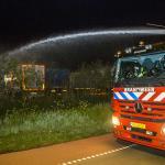 Brandweer blust met waterkanon vrachtwagenbrand manege