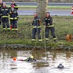 Auto raakt te water na aanrijding op N33 bij Veendam