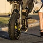 Wheelie rijders doen het het liefst zonder helm. Levensgevaarlijk en ze verpesten de motorsport!!