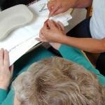 Foto van ouderen zorg manicure | Archief EHF
