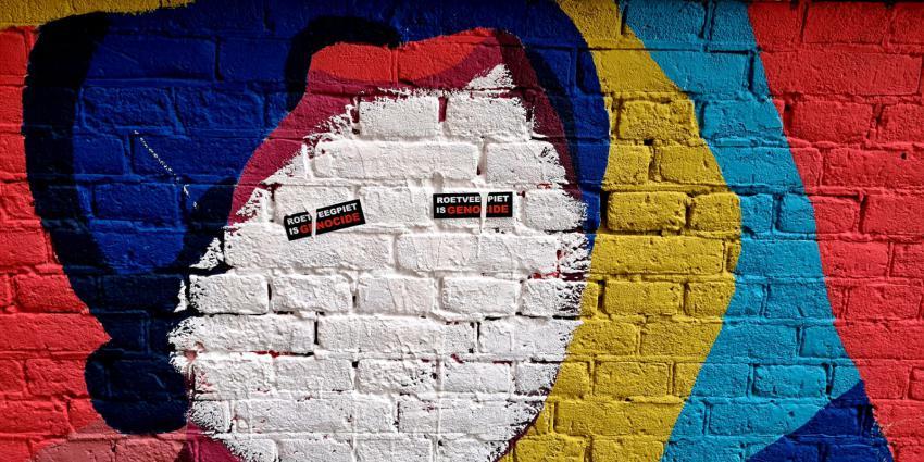 Wit geschilderd gezicht en beplakt met stickers