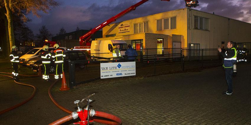 Filter in afzuiginstallatie vat vlam bij autobedrijf in Veghel