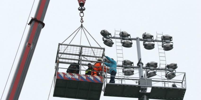 Man klimt in lichtmast Excelsior stadion