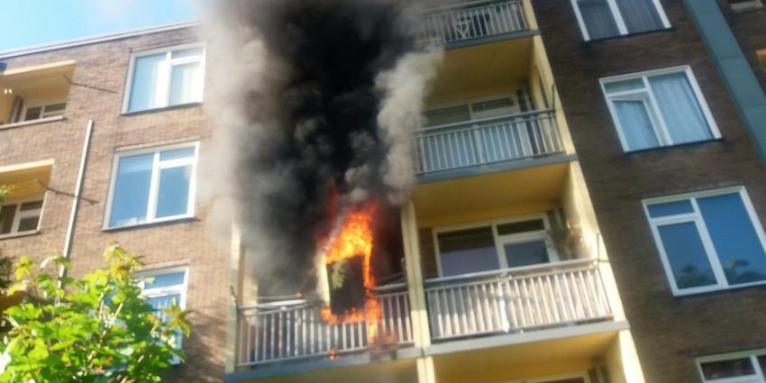 Forse brand op balkon van flatwoning