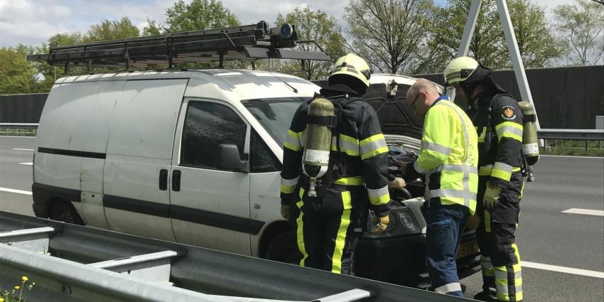Autobrand op snelweg blijkt bestelbus met warmgelopen motor