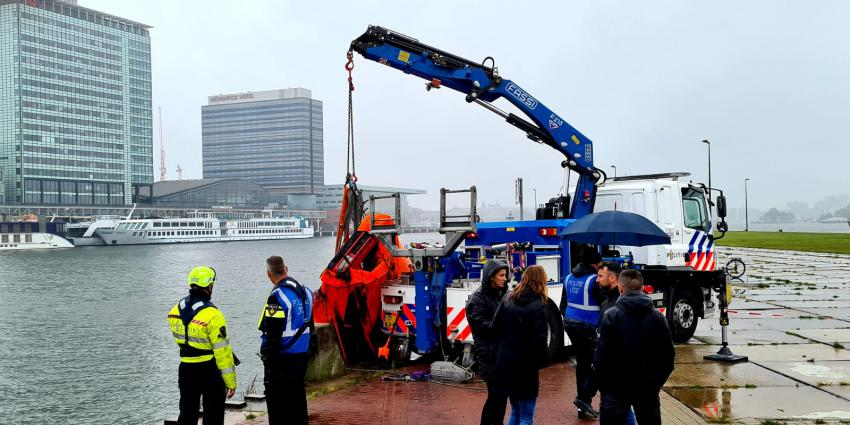 Politie haalt Ferrari uit het IJ