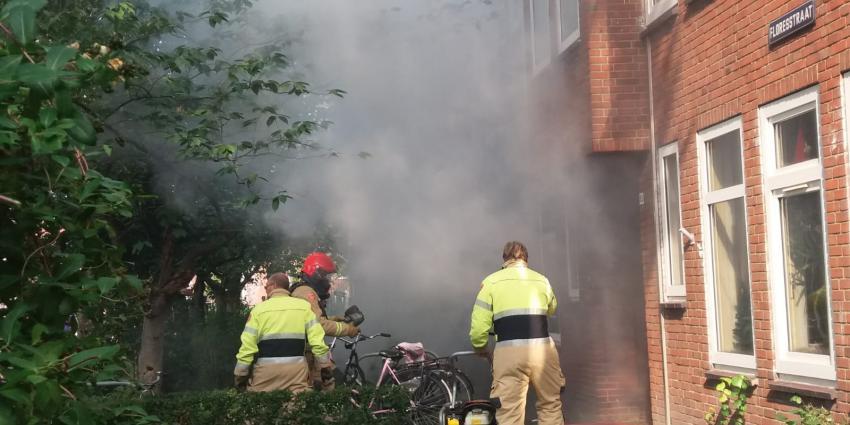 brandweer bestrijdt brand in woning