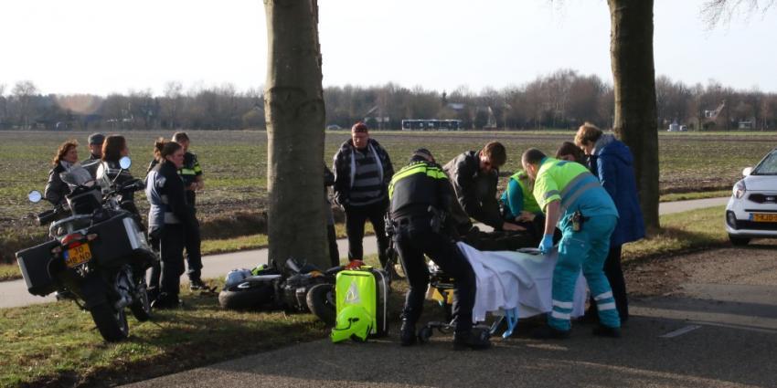 Motorrijdster rijdt tegen boom in Annen