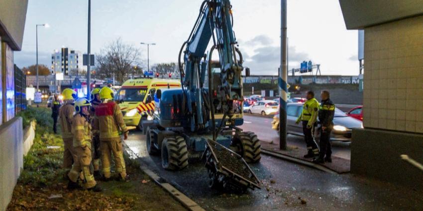 Graafmachine botst tegen viaduct in Schiedam