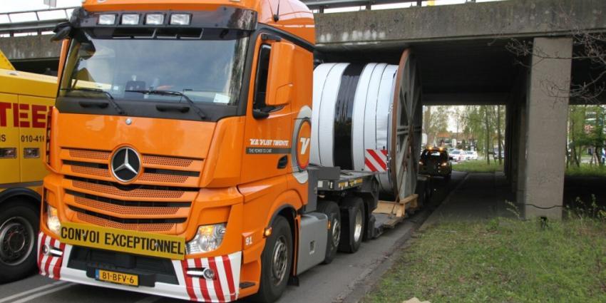 Dieplader rijdt zich vast onder viaduct