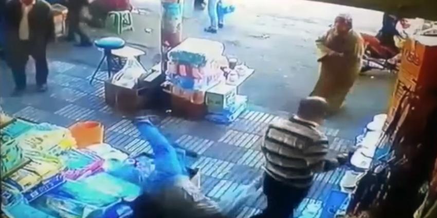 Man tegen de grond geslagen na in billen knijpen vrouw