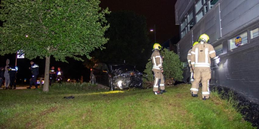 Foto van auto die gevel geramd heeft