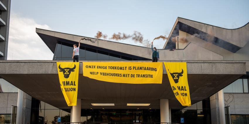 Activist op dak provinciehuis