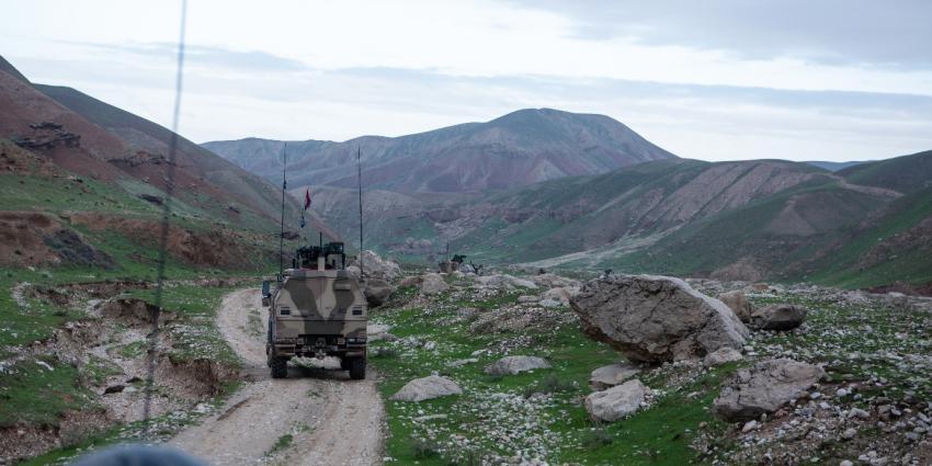 Militairen van de force protection patrouilleren in het gebied rondom Kamp Marmal