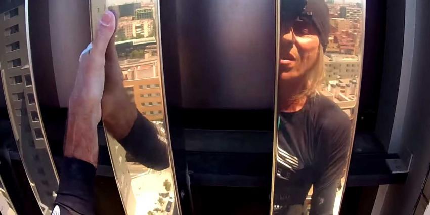 Franse 'Spiderman' Alain Robert beklimt toren zonder veiligheidslijn