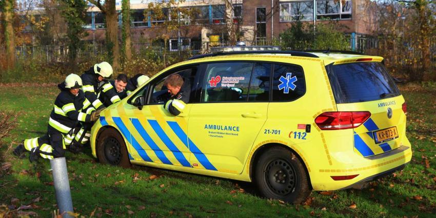 Brandweermannen duwen auto van huisarts los in Boxtel