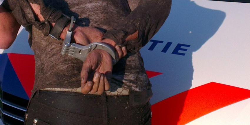 Vader levert ontsnapte geboeide zoon af op politiebureau