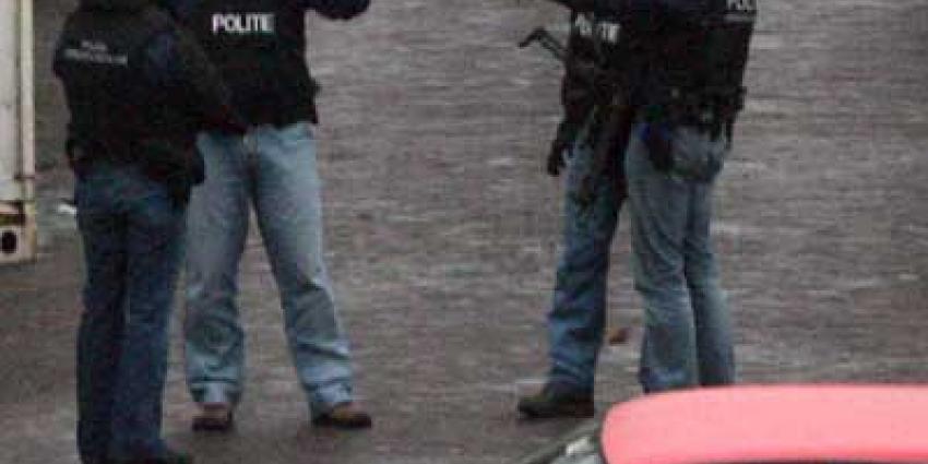 Foto van arrestatieteam bij auto in donker | Archief EHF