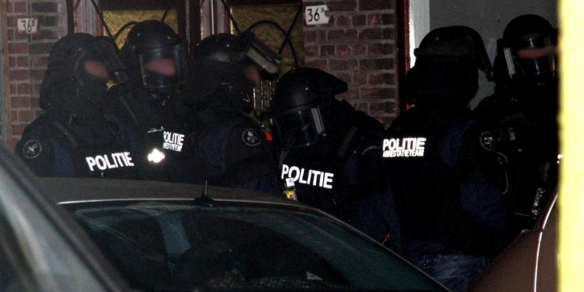 Foto van arrestatieteam in donker | Archief Flashphoto.nl | www.flashphoto.nl