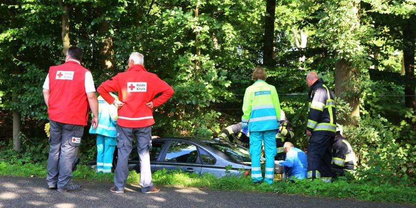 Oudere man rijdt met auto in de sloot in Sint-Michielsgestel