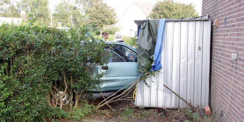 Auto rijdt schuurtje binnen na uitwijk manoeuvre