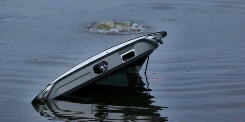 Buurtbewoners halen bestuurder uit te water geraakte auto