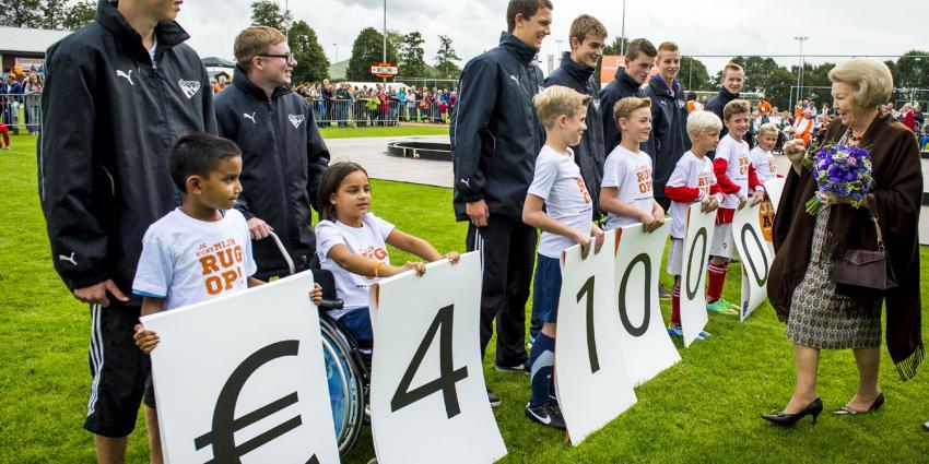 Prinses Beatrix neemt recordopbrengst Zwaluwen JeugdActie in ontvangst