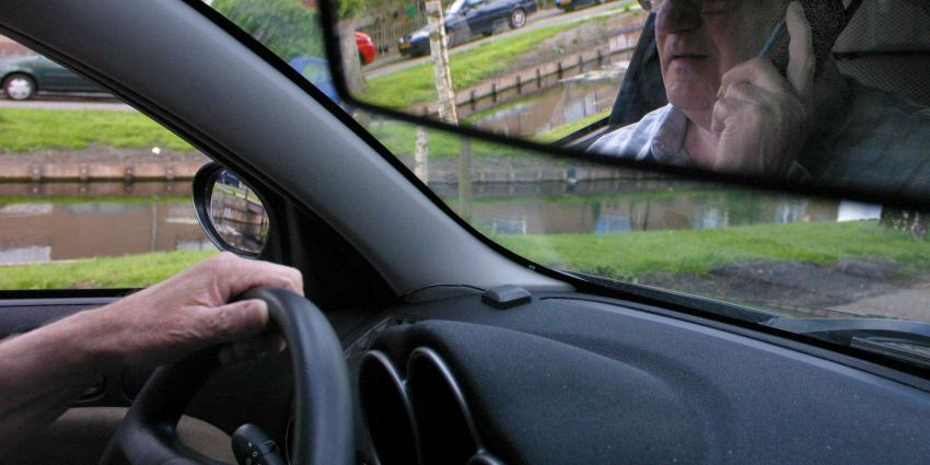 Met smartphone achter het stuur net zo zwaar straffen als met drank