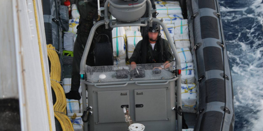 Helikopter Marine schiet op de vlucht geslagen drugsschip kapot