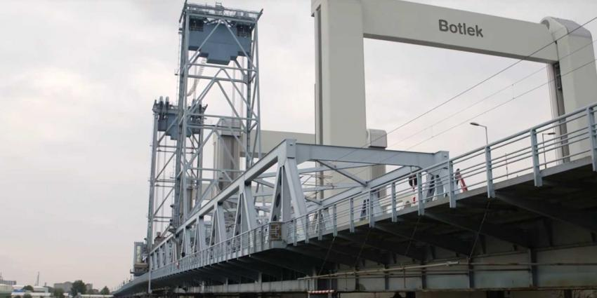 Oude Botlekbrug gesloopt na laatste treinrit